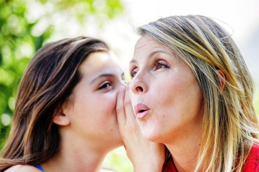 Dcéra šepká mame