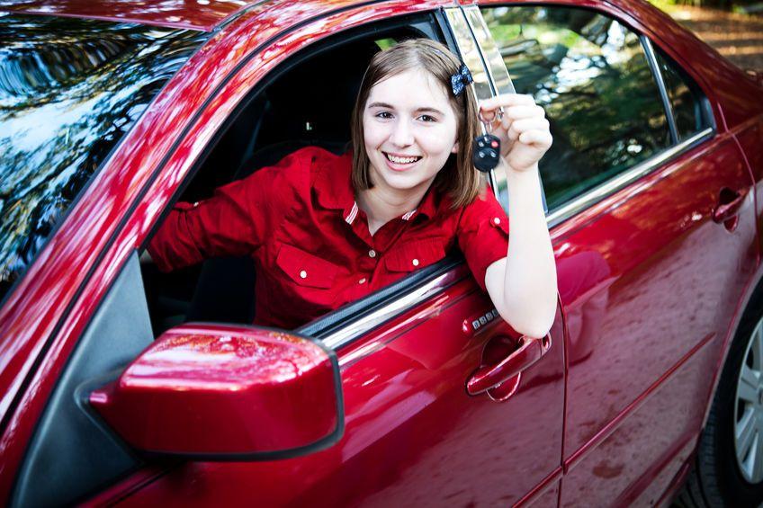Tínedžerka v aute
